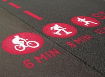 Piktogramme auf dem ehemaligen Rollfeld des Tempelhofer Flughafens