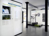 Blick auf die Aussenwand der Hauptbereichs Labordiagnostik und den Innenbereich von Ultraschall.