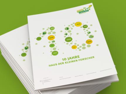 Jahresbericht Jubiläumsbericht Haus der kleinen Forscher Stanzung Blindprägung